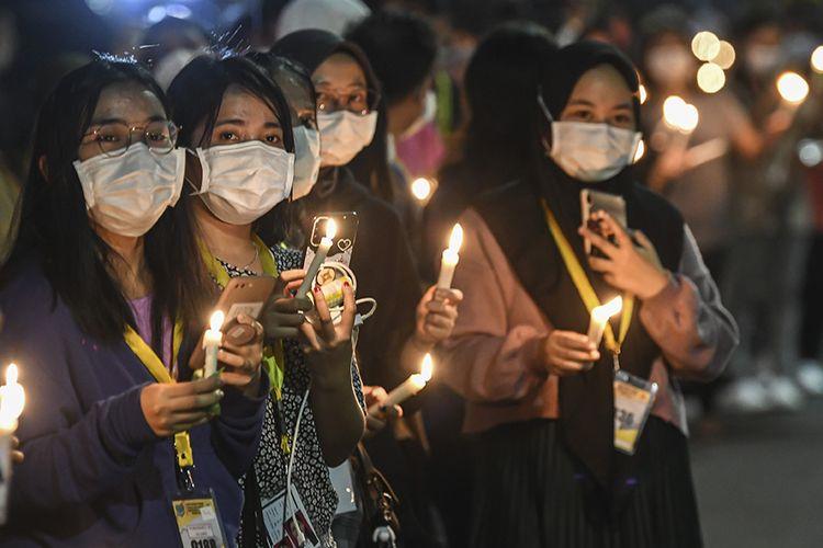 Sejumlah tenaga kesehatan membawa lilin saat akan memberi penghormatan terakhir pada jenazah rekannya Liza Putri Noviana di Rumah Sakit Darurat COVID-19 (RSDC) Wisma Atlet Kemayoran, Jakarta, Kamis (24/6/2021). Liza merupakan tenaga kesehatan pertama di RSDC yang meninggal dunia karena terpapar COVID-19.