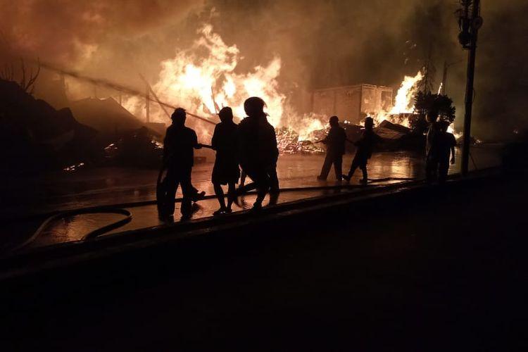 Kebakaran lapak kayu palet dan rongsokan terjadi di Jalan Diponegoro, tepat di perbatasan antara Kabupaten dan Kota Bekasi pada Rabu (10/3/2021).
