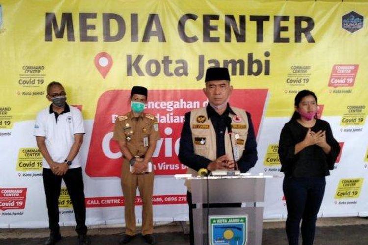 Wali Kota Jambi Syarif Fasha saat konferensi pers di Posko gugus tugas Covid-19 (mako damkar) Kota Jambi, Senin (13/4/20). (Tribun Jambi/Miftahul Jannah)