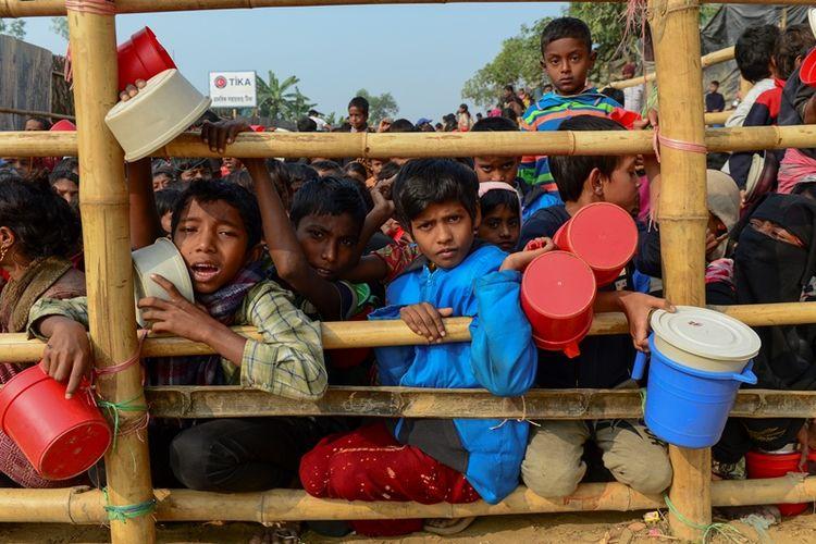 Anak-anak pengungsi Rohingya menanti jatah makanan di kamp pengungsi Ukhia, Bangladesh.