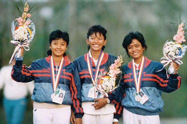 Foto kenangan ketika trio Srikandi Indonesia (dari kiri), Lilies Handayani, Nurfitriyana S Lantang, Kusumawardani, saat menerima medali perak di Olimpiade Seoul, Sabtu (1/10/1988).