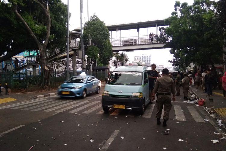 Angkot ngetem dan parkir liar jadi masalah kemacetan di Jatinegara, Selasa (12/6/2018)