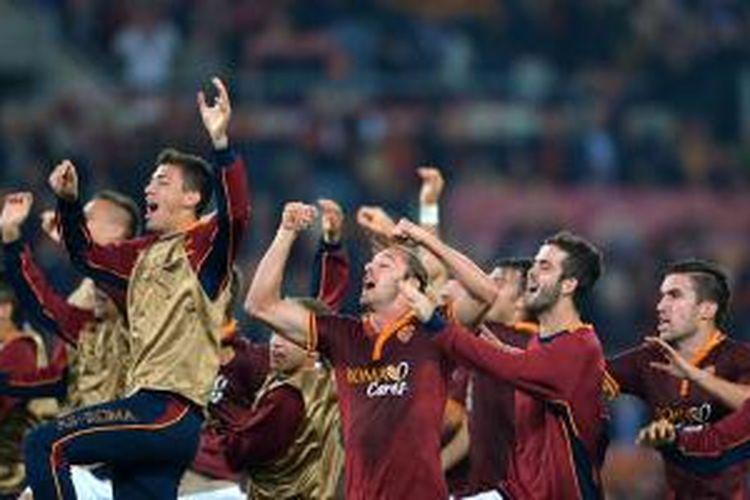 Para pemain AS Roma merayakan keberhasilan mereka menang 1-0 atas Chievo pada laga Serie-A di Olimpico, Kamis (31/10/2013).