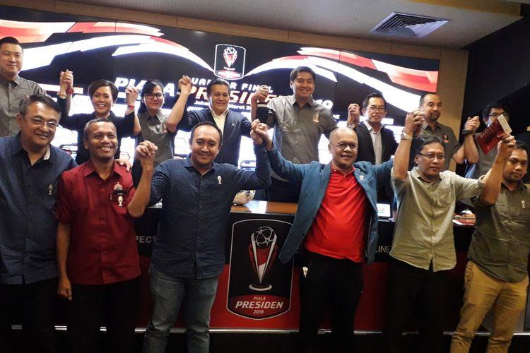 Ketua Panitia Piala Presiden 2019, Maruarar Sirait (atas, keempat dari kanan) beserta jajaran petinggi PSSI, pihak sponsor, dan perwakilan tim yang masuk 8 besar usai acara undian 8 besar di Stadion Utama Gelora Bung Karno, Jakarta, Selasa (19/3/2019).