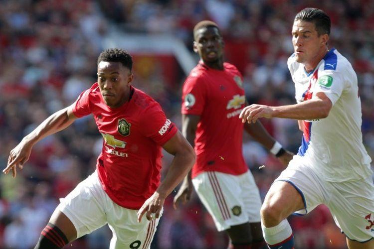 Penyerang Anthony Martial (kiri) saat menggiring bola pada laga Man United vs Crystal Palace di Stadion Old Trafford, Manchester, Sabtu (24/8/2019).