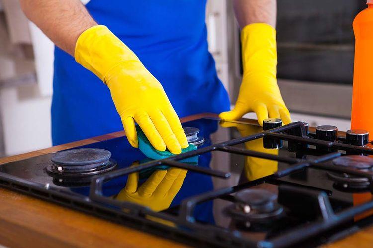Ilustrasi membersihkan kompor gas.