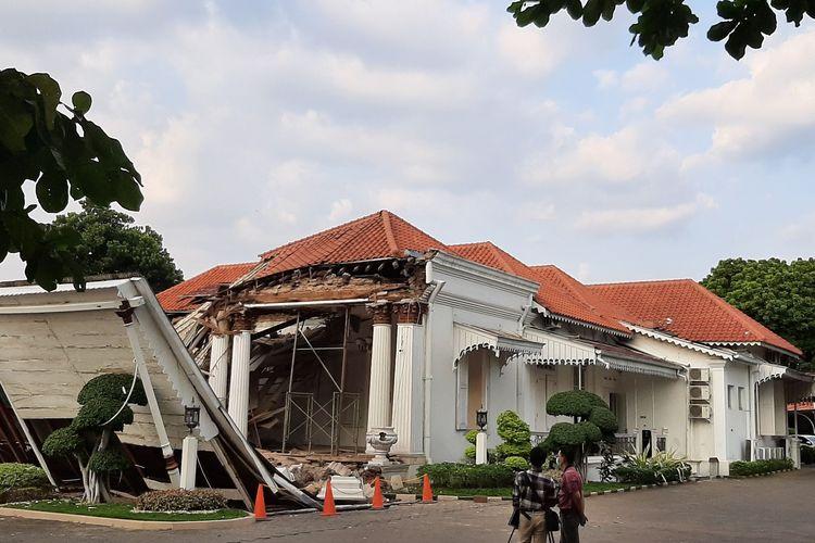 Kantor OJK Regional III Jawa Tengah dan DIY mendadak roboh sekitar pukul. 16.00 WIB, Selasa (28/7/2020).