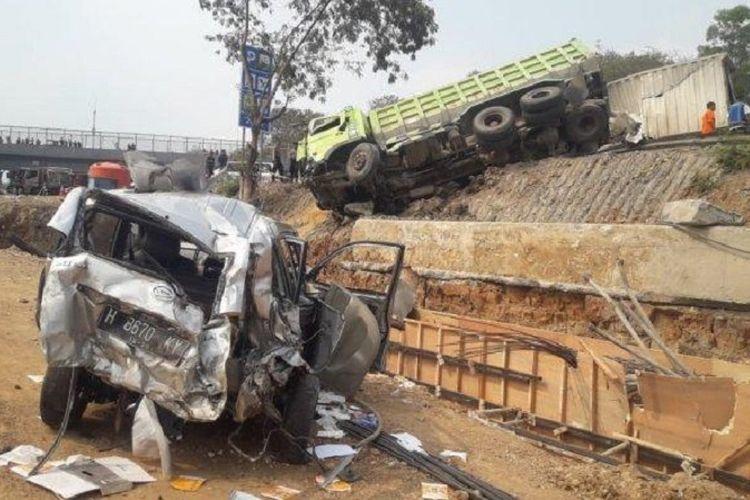 Mobil ringsek akibat kecelakaan beruntun di Tol Cipularang Purwakarta, Senin (2/9/2019).