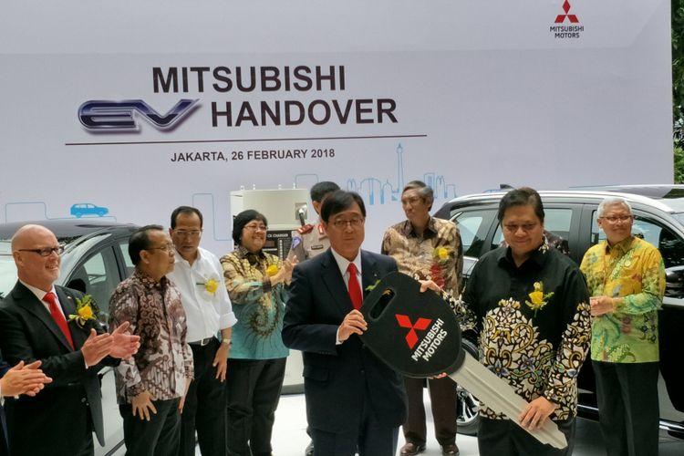 Mitsubishi Motors Corportion (MMC) menghibahkan 10 unit kendaraan emisi karbon rendah atau Low Carbon Emission Vechile (LCEV) kepada pemerintah Republik Indonesia di Kementerian Perindustrian, Jakarta, Senin, (26/2/2018).