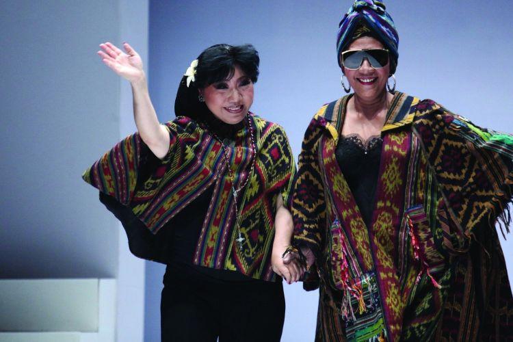 Menteri Kelautan dan Perikanan RI Susi Pudjiastuti (kanan) bersama desainer Anne Avantie seusai peragaan busana bertajuk Badai Pasti Berlalu yang diselenggarakan di gelaran Jakarta Fashion Week 2019 di Senayan City, Jakarta, Selasa (23/10/2018)