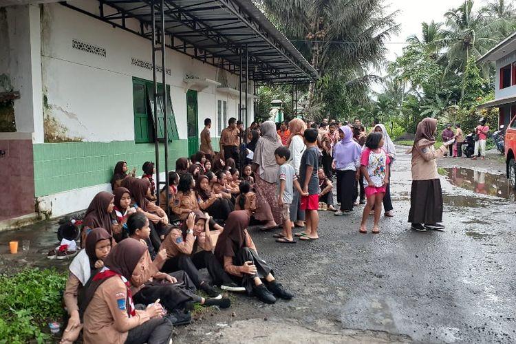 Sebagian siswa SMP Negeri 1 Turi Sleman, Yogyakarta, yang selamat dari terjangan aliran sungai yang deras saat melakukan kegiatan Pramuka susur sungai di Sungai Sempor, Jumat (21/2/2020).