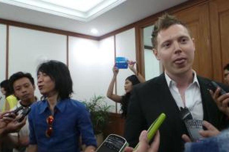 Gitaris Arkarna Matt Hart bersama Abdee Slank, di Balaikota Jakarta, Rabu (6/8/2014).