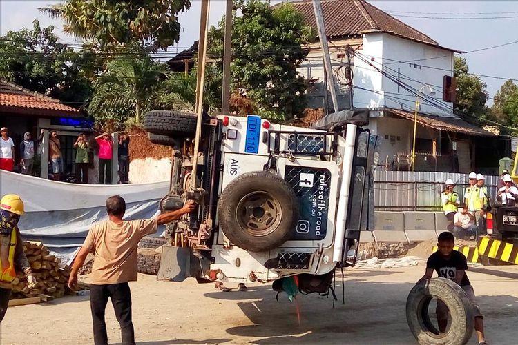 Mobil Land Rover yang terperosok ke dalam lubang underpass Kentungan yang amblas, dievakuasi, Selasa (23/7/2019).