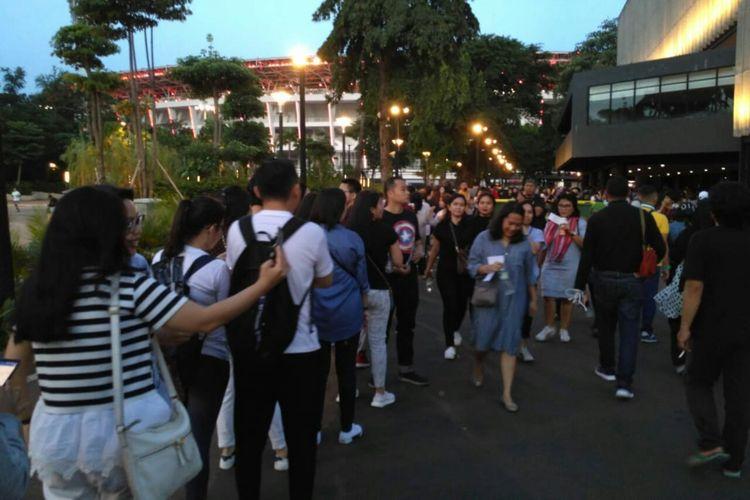Ribuan calon penonton antre memasuki area konser Boyzone di Tennis Indoor, Senayan, Jakarta Pusat, Minggu (24/3/2019).