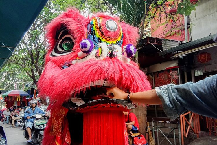 Barongsai ngamen merupakan fenomena yang sering dilihat saat berkunjung ke petak sembilan, Glodok, Jakarta, Rabu (5/2/2020).