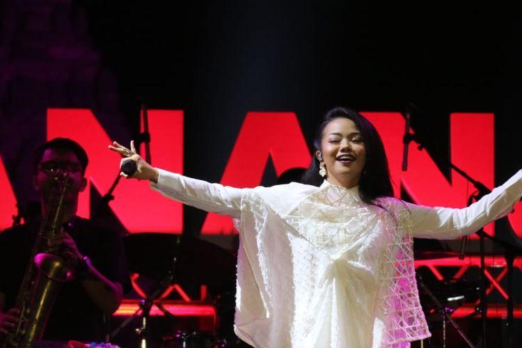 Yura Yunita beraksi di panggung Prambanan Jazz hari kedua yang di gelar di Kompleks Candi Prambanan, Yogyakarta pada Sabtu (6/7/2019).