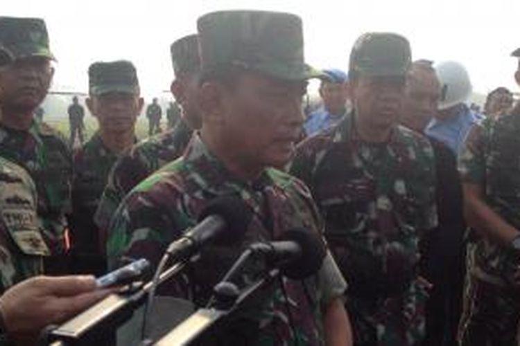 Panglima TNI Jenderal Dr. Moeldoko memimpin gelar kesiapan Satgas TNI dalam rangka pengendalian kebakaran hutan dan lahan di Provinsi Riau, Sabtu (15/3/2014) di Base Ops TNI Halim Perdana Kusuma.