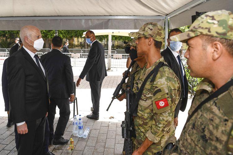 Presiden Tunisia Kais Saied berbicara dengan tentara saat ia berjalan-jalan di sepanjang jalan Bourguiba di Tunis, Tunisia, Minggu, 1 Agustus 2021.