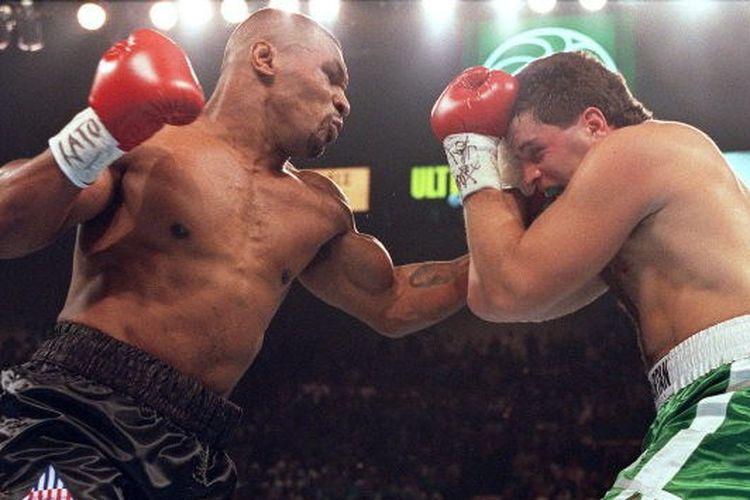 Mike Tyson berduel melawan Peter McNeeley di MGM Grand, Las Vegas, Nevada, 19 Agustus 1995.