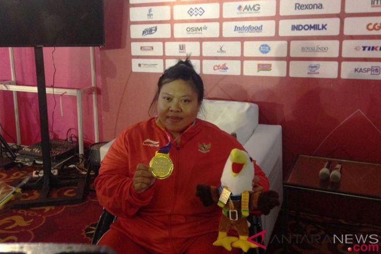 Pemenang medali perak Asian Para Games 2018 cabang olahraga para-angkat berat kelas lebih dari 86 kilogram putri, Sriyanti, dalam pertandingan yang berlangsung di Balai Sudirman, Jakarta Selatan, Kamis (11/10/2018)