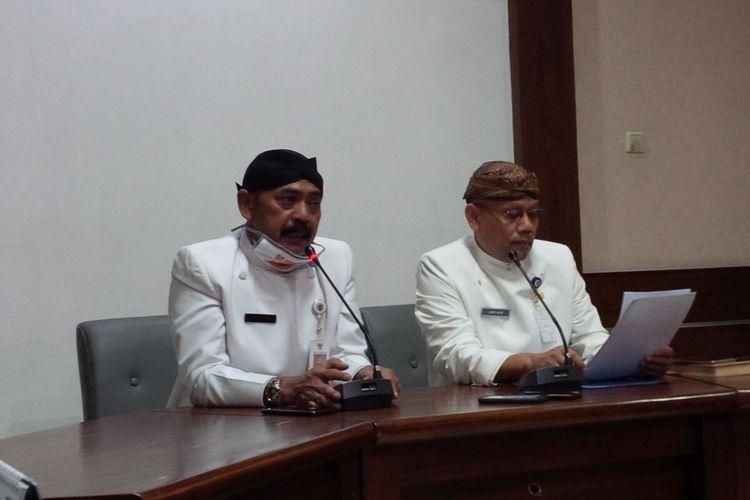 Wali Kota Surakarta FX Hadi Rudyatmo didampingi Ketua Gugus Tugas Percepatan Penanganan Covid-19 Solo Ahyani dalam konferensi pers di Balai Kota Surakarta, Solo, Jawa Tengah, Kamis (2/4/2020).