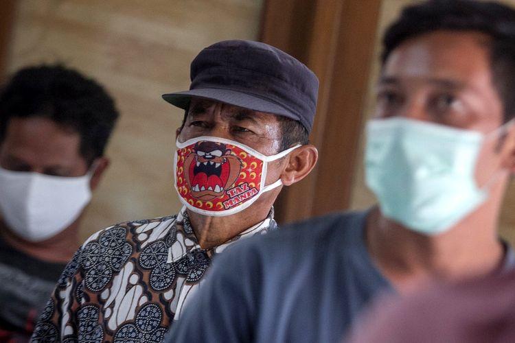 Warga mengantre untuk mendapatkan Bantuan Sosial Tunai (BST) saat penyaluran di Kantor Kelurahan Banyuanyar, Solo, Jawa Tengah, Jumat (15/5/2020). Sebanyak 26.407 warga Kota Solo yang terdampak Pandemi COVID-19 mulai menerima BST sebesar Rp600 ribu yang disalurkan setiap tiga bulan pada April, Mei dan Juni. ANTARA FOTO/Mohammad Ayudha/pras.