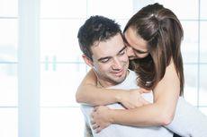 6 Manfaat Kesehatan Cuddling dengan Pasangan
