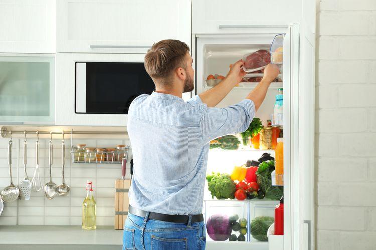 Ilustrasi menyimpan daging di kulkas.