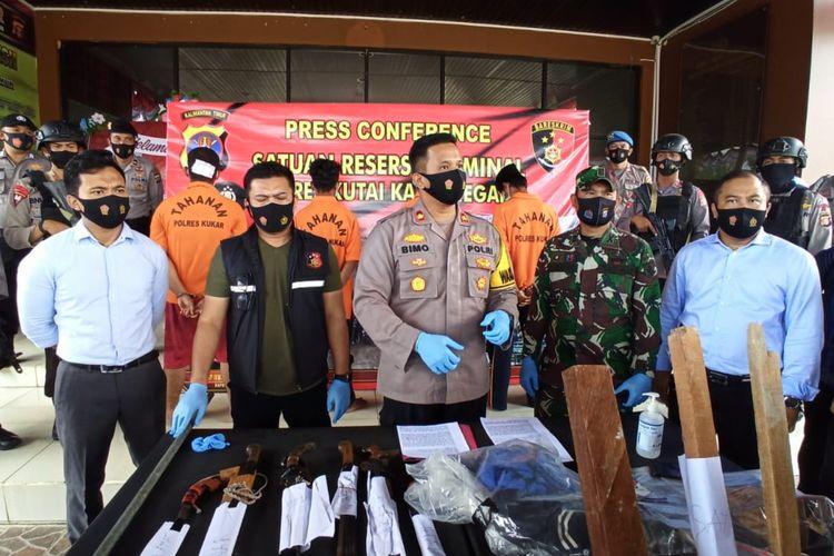 Wakapolres Kutai Kartanegara Kompol Bimo Arianto (tengah) saat memberi keterangan pers di Mapolres Kutai Kertanegara, Tenggarong, Kaltim, Selasa (1/9/2020).
