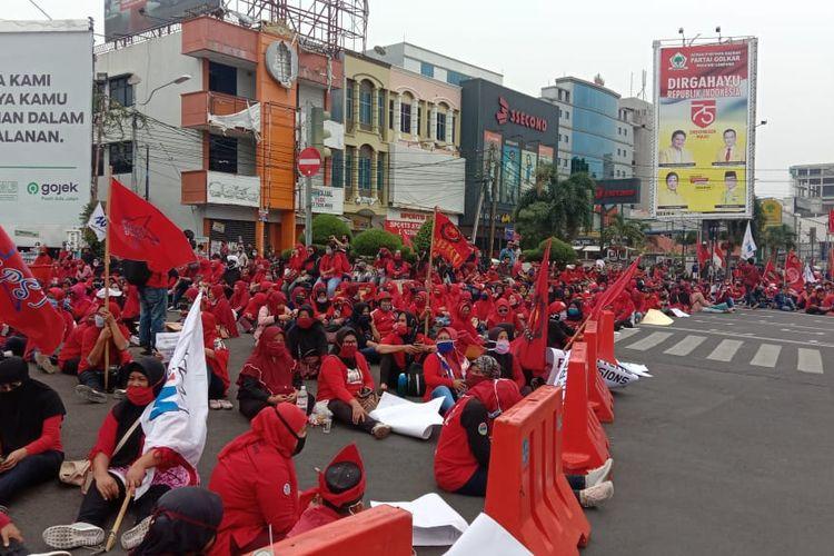 Ratusan buruh berdemonstrasi menolak omnibus law di Tugu Adipura, Kamis (8/10/2020) siang.