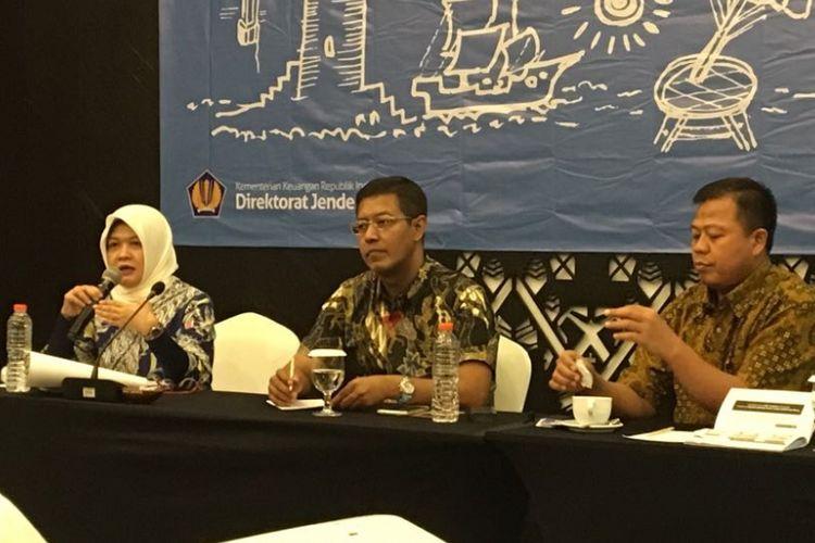 Sejumlah pembicara dalam acara Media Gathering Direktorat Jenderal Pajak 2018 di Mataram, Nusa Tenggara Barat, Kamis (19/4/2018). Mereka adalah (dari kiri ke kanan) Kasubdit Pertukaran Informasi Perpajakan Internasional Leli Listianawati, Direktur Penyuluhan Pelayanan dan Humas Hestu Yoga Saksama, dan Kasubdit Perencanaan Pemeriksaan Tunjung Nugroho.