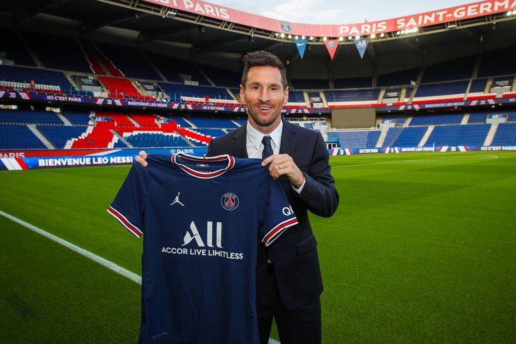Lionel Messi memamerkan jersey Paris Saint-Germain (PSG) di Stadion Parc des Princes, Selasa (10/8/2021),