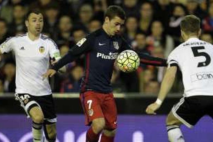 Pemain andalan Atletico Madrid, Antoine Griezmann (tengah), mendapatkan pengawalan ketat dari dua pemain Valencia, pada laga La Liga di Stadion Mestalla, Minggu (6/3/2016) waktu setempat. Atletico menang 3-1 atas Valencia.