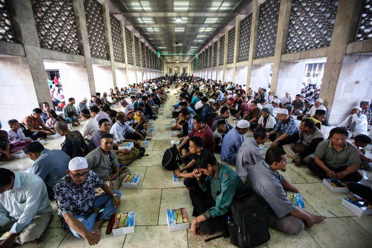 Warga berbuka puasa bersama di Masjid Istiqlal, Jakarta Pusat, Jumat (18/5/2018). Pengurus Masjid Istiqlal setiap hari menyiapkan 4.000 nasi bungkus dan takjil untuk berbuka puasa selama Ramadhan.
