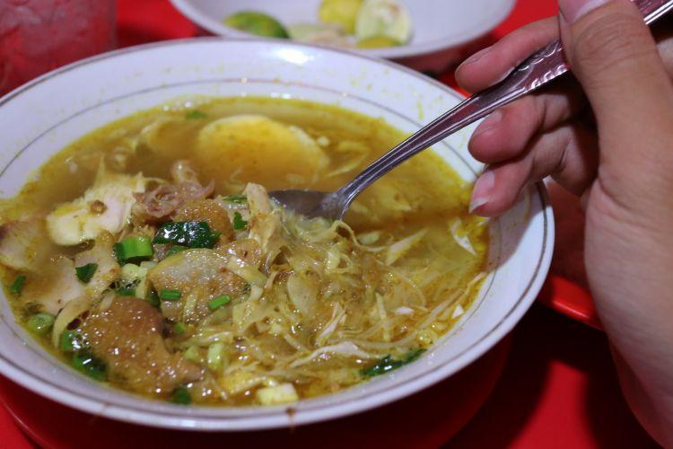Segarnya Soto Lamongan Goyang Lidah di Ruko Bogor Permai Jalan Jendral Sudirman, Bogor, Kamis (1/6/2017). Satu porsi Soto Lamongan tersbut dapat dibeli seharga Rp 18.000, sudah termasuk nasi.