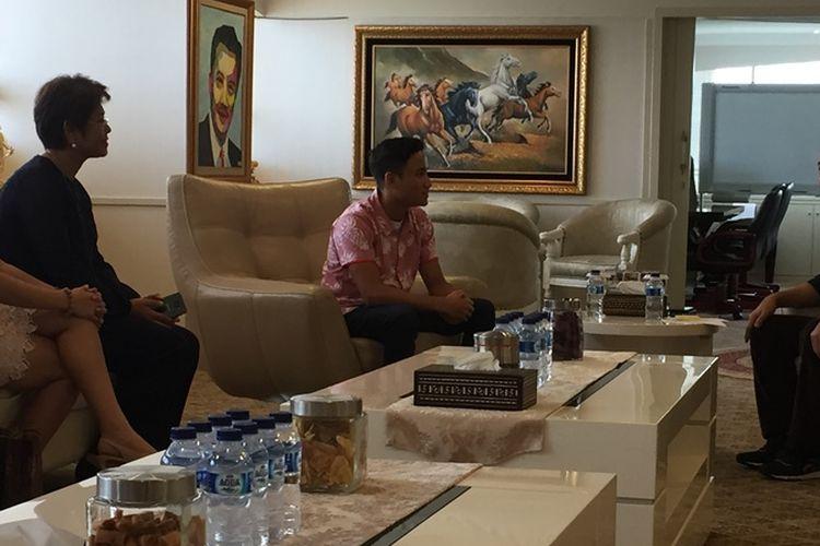 Menteri Pemuda dan Olahraga RI Imam Nahrawai (kanan) bertemu pebalap muda asal Maluku, David Juliano Sitanala, di Wisma Menpora, Jakarta, Jumat (10/3/2017).