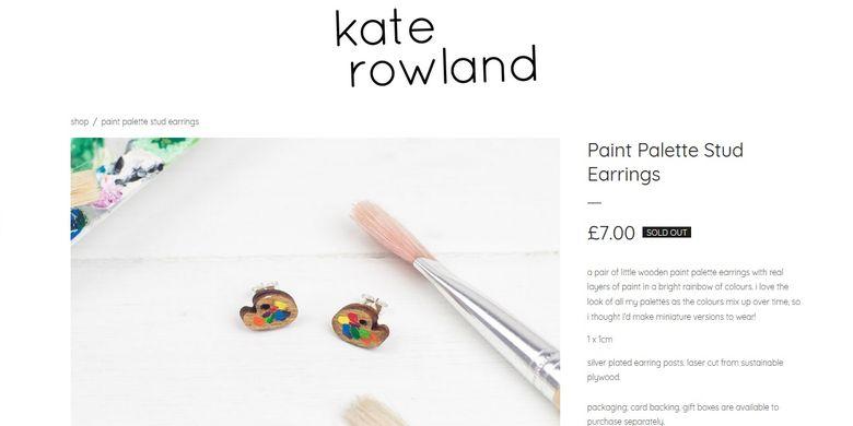 Anting-anting palet karya perancang aksesori asal Inggris, Kate Rowland, yang dikenakan V BTS di Bandara Incheon, Seoul, Korea Selatan.