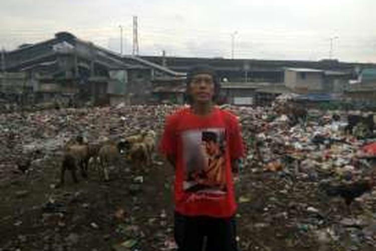 Ahmad Maladi (30), pengelola tempat pembuangan sampah liar di Pademangan Barat, Selasa (22/11/2016).