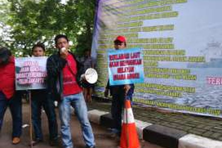 Puluhan nelayan di pesisir Jakarta ikut mendatangi Pengadilan Tata Usaha Negara (PTUN) jelang sidang lanjutan reklamasi, Kamis (7/4/2016). Sebelum sidang para nelayan melakukan unjuk rasa di depan PTUN.