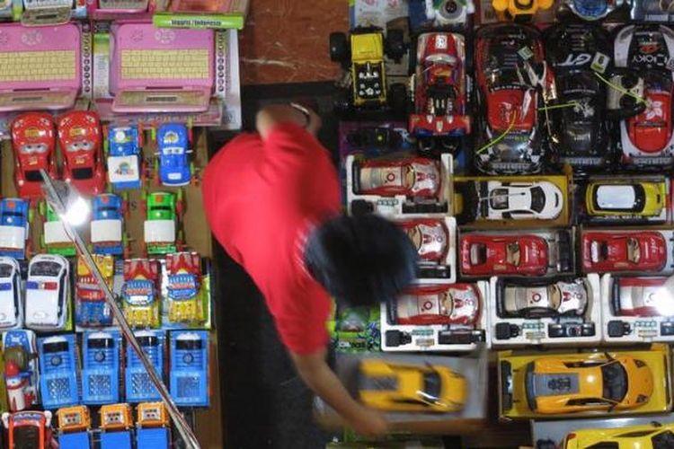 Mainan anak yang sebagian besar produk impor dari Cina dijual di Blok M Square, Jakarta, Selasa (16/10/2012). Tahun ini pemerintah fokus pada penerapan SNI untuk produk mainan anak, tekstil dan produk tekstil, serta elektronik. Selain untuk mengendalikan impor, peneraan SNI ini juga untuk melindungi konsumen