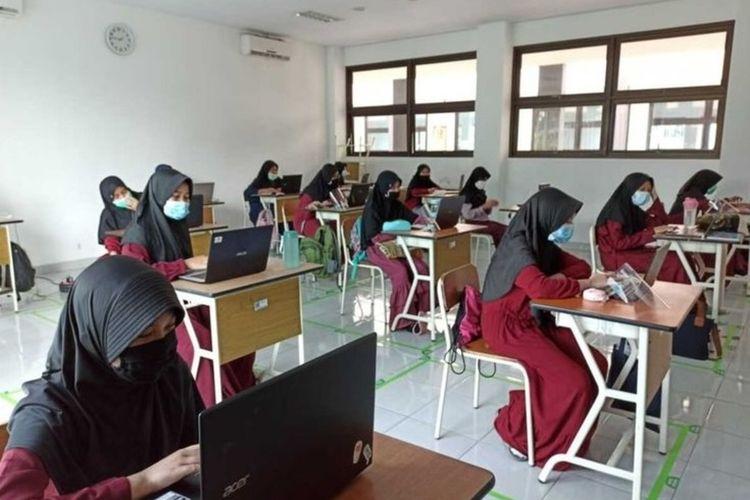 Suasana belajar tatap muka di dalam kelas pertama kali digelar di era normal baru di lingkungan SMP Islam Cendekia Cianjur, Jawa Barat, Senin (19/10/2020).