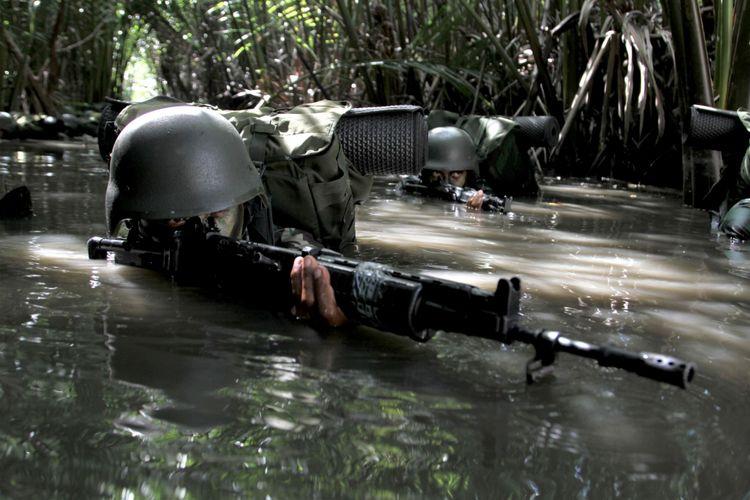 Sejumlah Prajurit Infanteri TNI AD Yonif 725 Woroagi melakukan pengintaian di kawasan rawa-rawa menuju perkampungan warga  saat latihan penyergapan teroris di Kecamatan Kapoialaa, Konawe, Sulawesi Tenggara, Jumat (3/11/2017). Selain mengasah kemampuan prajurit untuk pengamanan  pesisir pantai di perbatasan, latihan tersebut bertujuan untuk mengantisipasi masuknya teroris melalui jalur laut ke daerah itu.
