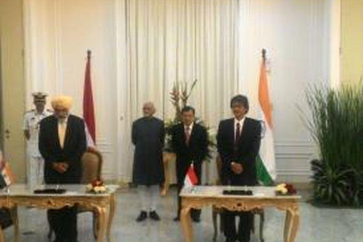 Wakil Presiden Jusuf Kalla dan Wakil Presiden India Mohammad Hamid Ansari menyaksikan penandatangan MoU bidang energi terbarukan di Istana Wakil Presiden