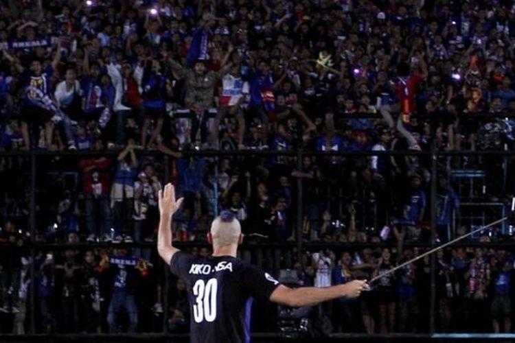Kiko Insa menyapa Aremania usai laga mealwan Persija di Piala Jenderal Sudirman