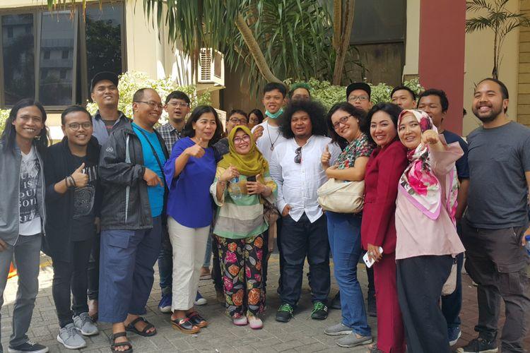 Sejumlah penghuni Apartemen Green Pramuka City dan Komunitas Stand Up Komedi (Komika) Indonesia mendatangi Kantor Kejaksaan Negeri (Kejari) Jakarta Pusat, Senin (7/8/2017).   Mereka datang untuk mendukung komika Muhadkly MT atau Acho yang ditetapkan sebagai tersangka oleh polisi atas dasar laporan pihak pengelola Apartemen Green Pramuka City.