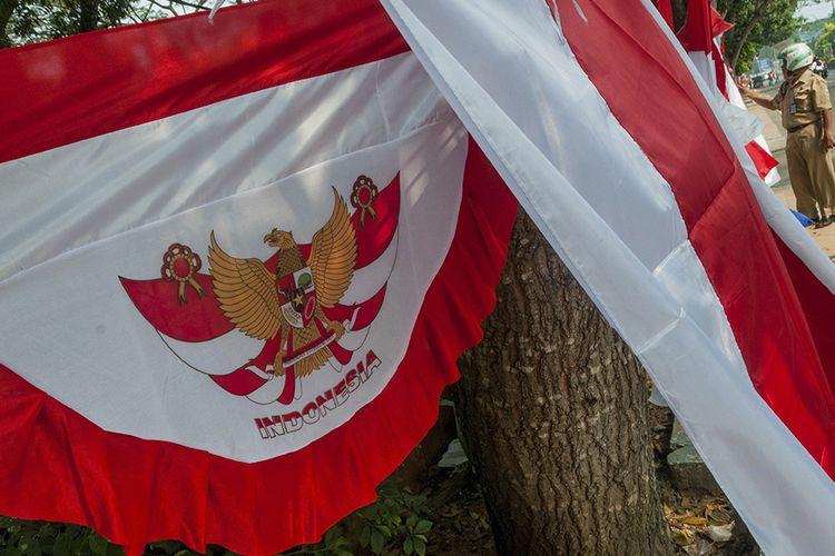 Warga memilih bendera dan umbul-umbul bernuasana merah putih di Alun-alun Rangkasbitung, Lebak, Banten, Senin (3/8/2020). Menjelang peringatan HUT Ke-75 RI, sejumlah pedagang mengaku penjualan bendera merah putih dan atribut 17 Agustus-an masih lesu akibat pandemi Covid-19.