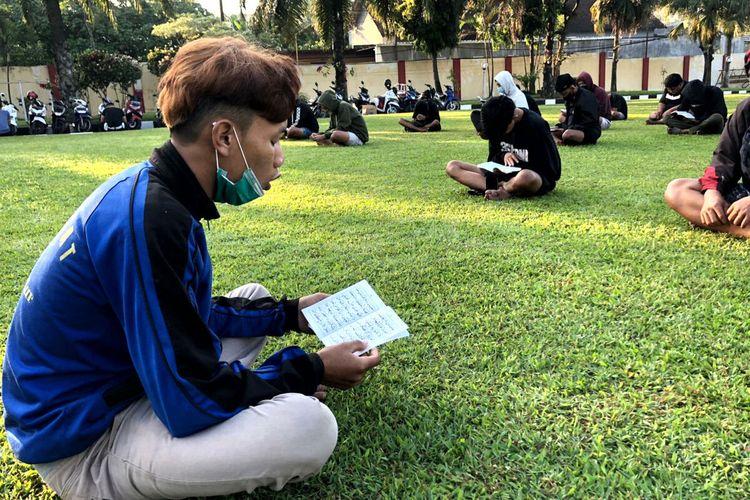 Puluhan remaja yang ditangkap polisi karena terlibat balap liar diminta berdoa dan baca ayat-ayat Al Quran (tadarus) di halaman Mapolres Blitar, Selasa (27/4/2021)