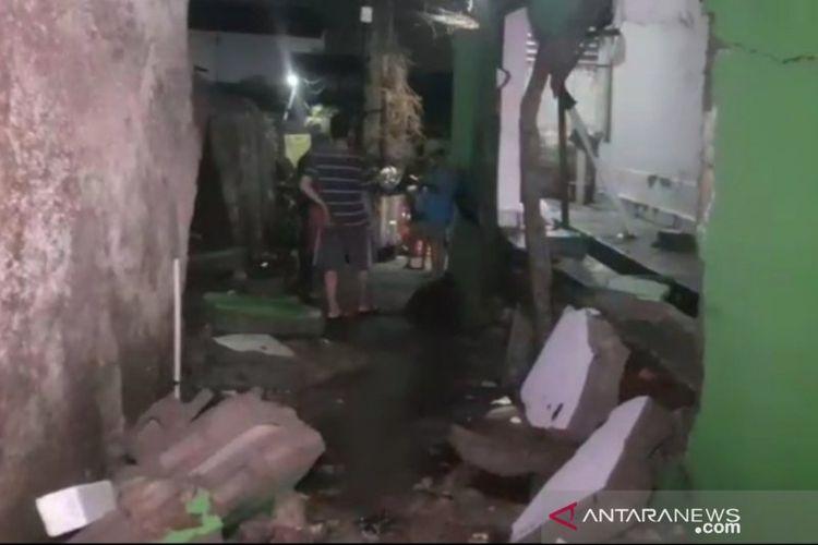 Warga melintas di depan lokasi tembok roboh PT Khong Guan yang memicu banjir di RW08 Kelurahan Ciracas, Kecamatan Ciracas, Jakarta Timur, Sabtu (10/10/20).