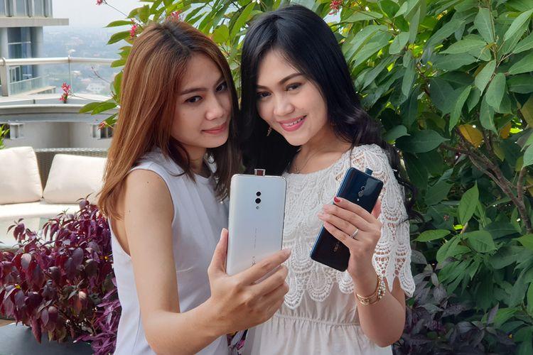 Model menunjukkan dua varian warna Oppo K3 dalam acara peluncurannya di Jakarta, Rabu (7/8/2019)