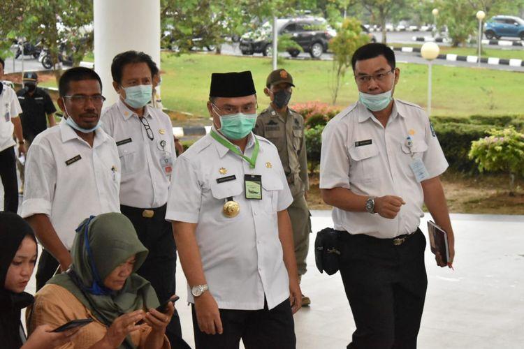 Gubernur Provinsi Babel Erzaldi, saat hendak menerima laporan dan paparan dewan pengawas rumah sakit, di Ruang Pertemuan Eko Maulana Ali RSUP Ir. Soekarno, Rabu (8/7/2020).